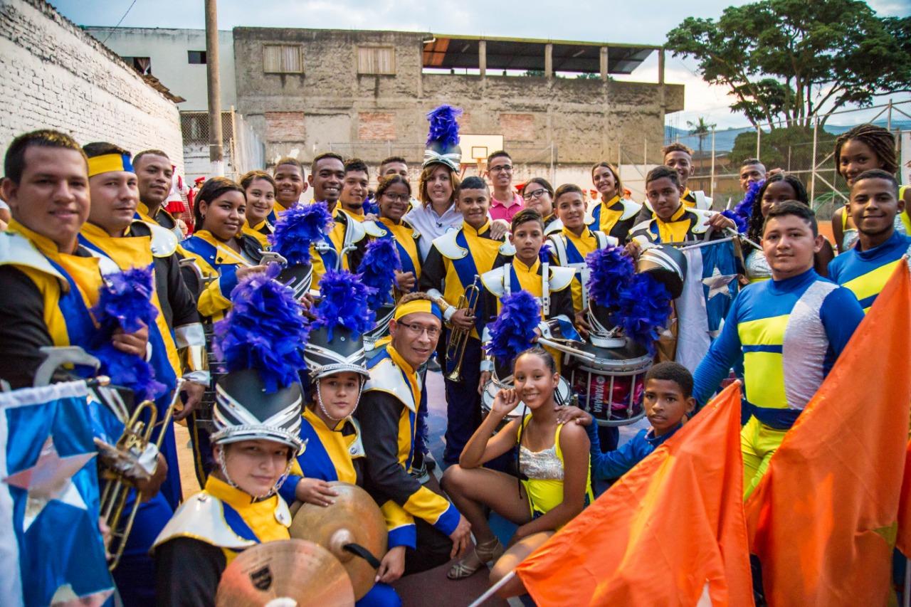 Clara Luz Roldan en la Comuna 4 de Cali con un músicos marciales